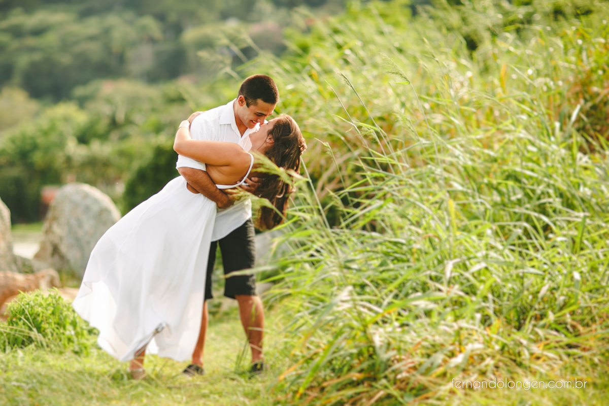 sessao-pre-casamento-na-lagoa-da-conceicao-e-dunas-da-joaquina-florianopolis-ensaio-casal-noivos-pre-casamento-fotografo-fernando-longen-wedding-photographer-5