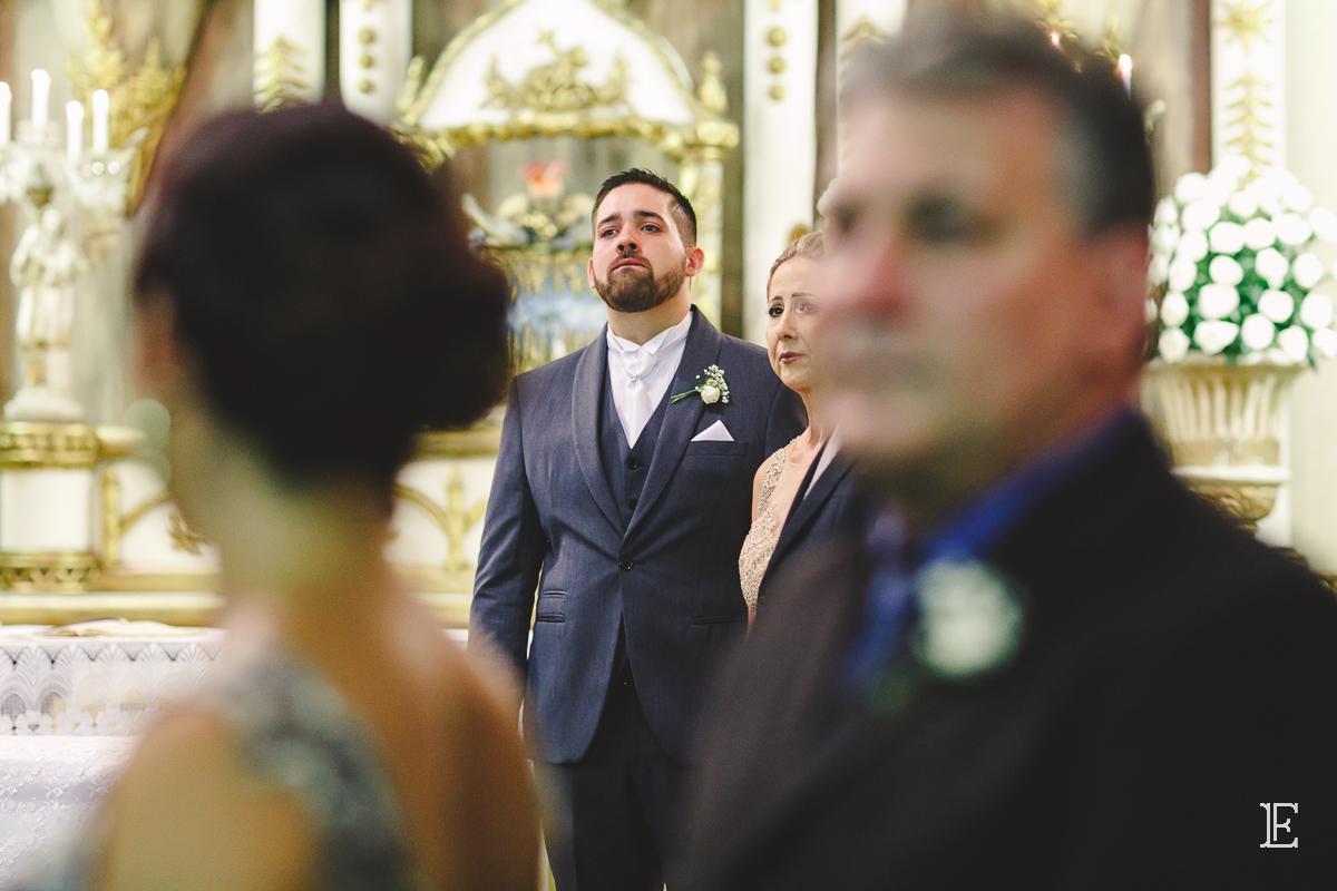 Noivo emocionado na cerimonia