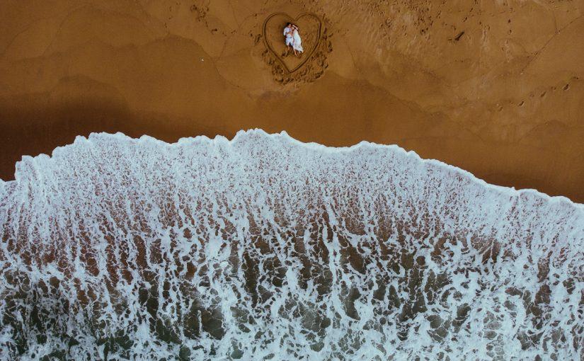 Foto com Drone Noivos na Praia Pré Wedding
